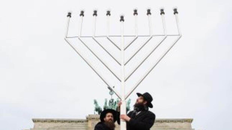 Rabinos instalan el gran calendabro, antes del inicio del Jánuca, frente...
