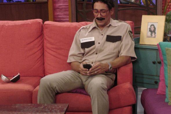 ¿Acaso ese es Johnny Lozada con bigote?.. Pues no, se trata del Ingenier...