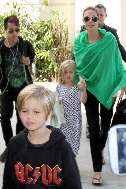 Súper imitable el estilo de Angelina Jolie para cubrirse del sol sin nec...