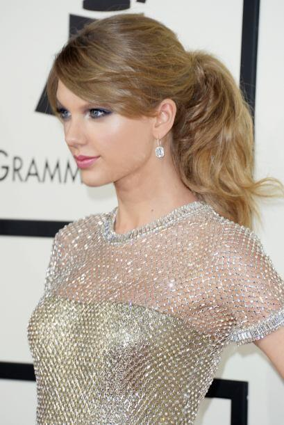 Fresca y bella, su angelical rostro contrasta perfecto con tonos plata .