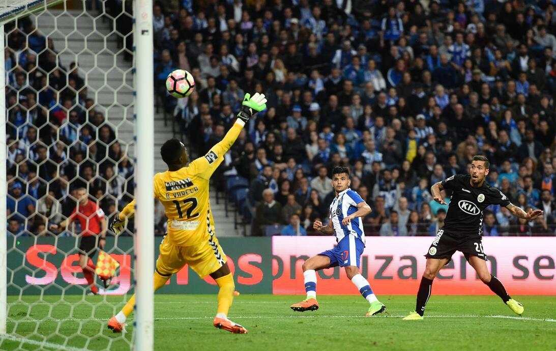 'Tecatito' Corona se disfrazó de Van Basten en el empate del Porto GOlaz...