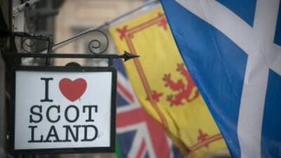 En Edimburgo, Escocia, el centro amaneció tranquilo con algunas banderas...
