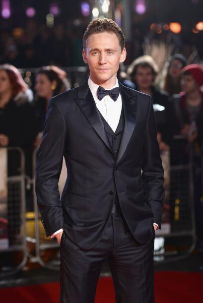 Tom Hiddleston es otro galán que se vio tremendamente 'chic' con ese tra...