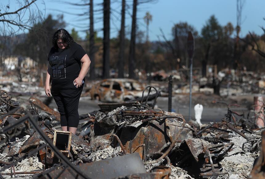 Renee Hernández observa los restos de su casa en Coffey Park que fue des...