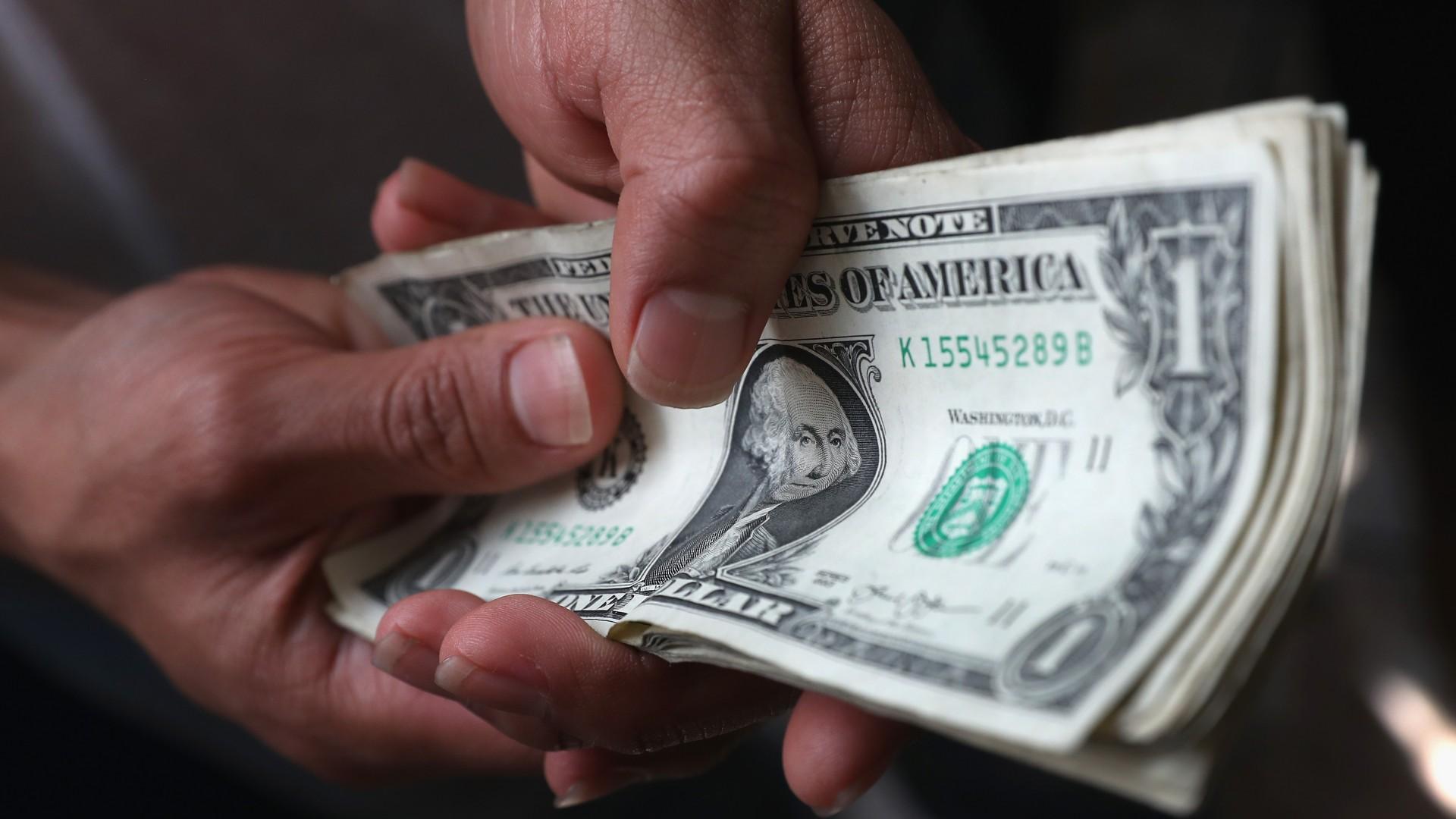 image Secretario solicita por aumento de salarios 2